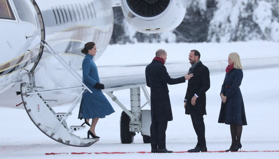 KONGELIG HEI: Prins William og kronprins Haakon så ut til å utveksle noen gode ord på flystripa tidlig torsdag ettermiddag. Foto: Andreas Fadum/ Se og Hør