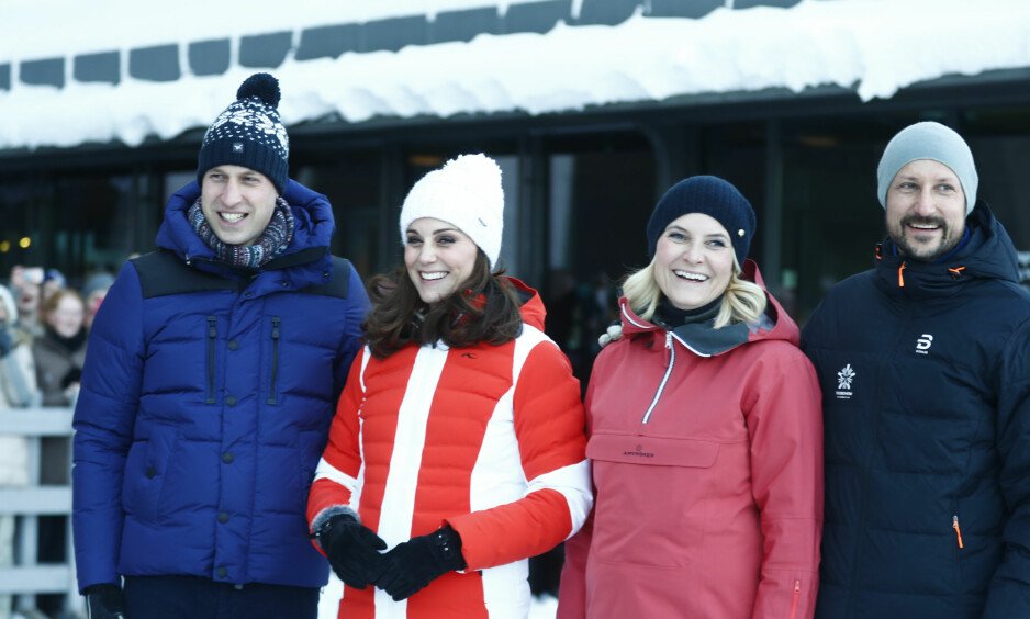 STRÅLTE: Både prins William, hertuginne Kate, kronprinsesse Mette-Marit og kronprins Haakon strålte i vintersolen. Foto: NTB Scanpix