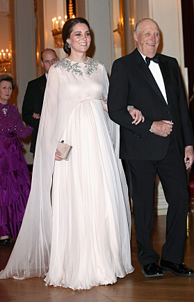 I ROSA: Kate ar i arm med kong Harald på Slottet i Oslo. Foto: NTB scanpix