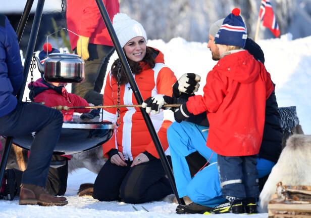 GRILLING: Hertugparet og kronprinsparet tok del i grilling av både pinnebrød og pølser. Foto: NTB Scanpix