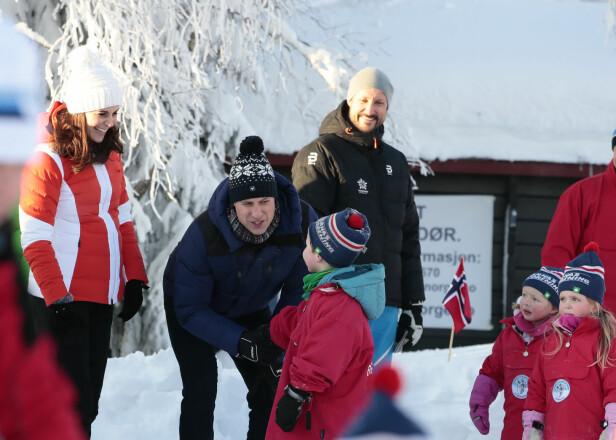 TOK SEG TID: Kate og William tok seg tid til å prate med barna. Foto: NTB Scanpix