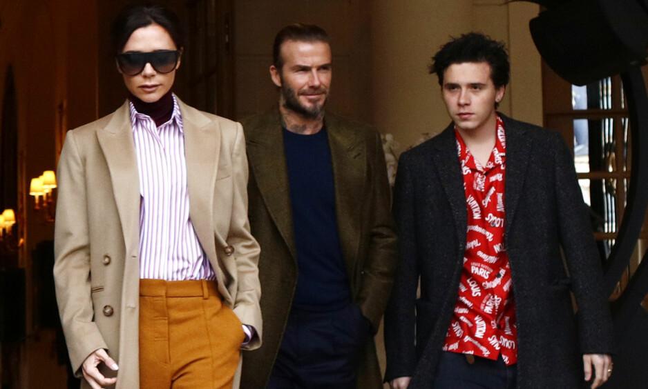 MÅ SPARE PENGER: David avslører at han og Victoria Beckham har sluttet å gi hverandre dyre gaver. Her forlater de luksushotellet Ritz i Paris med eldstesønnen Brooklyn i januar. Foto: Splash News/ NTB scanpix