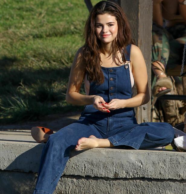 TILBAKE: Selena Gomez skal være tilbake i Los Angeles etter oppholdet i New York. Her er hun avbildet under en tur i parken sammen med venner. Foto: NTB Scanpix