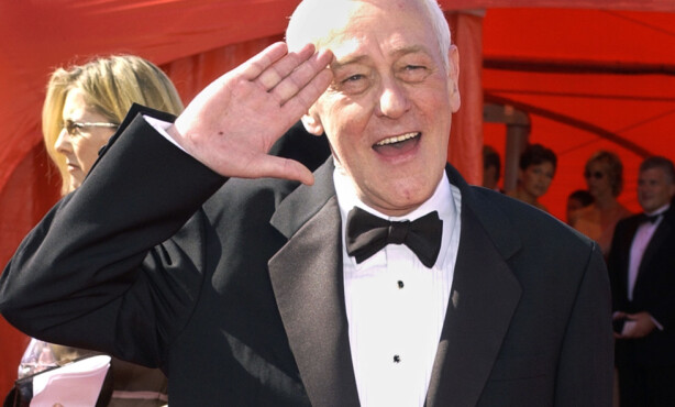 TV-STJERNE: John Mahoney ble nominert til både to Golden Globe og to Emmy-priser for rollen sin i «Frasier». Her på Emmy Awards-løperen i 2003. Foto: AP/ NTB scanpix