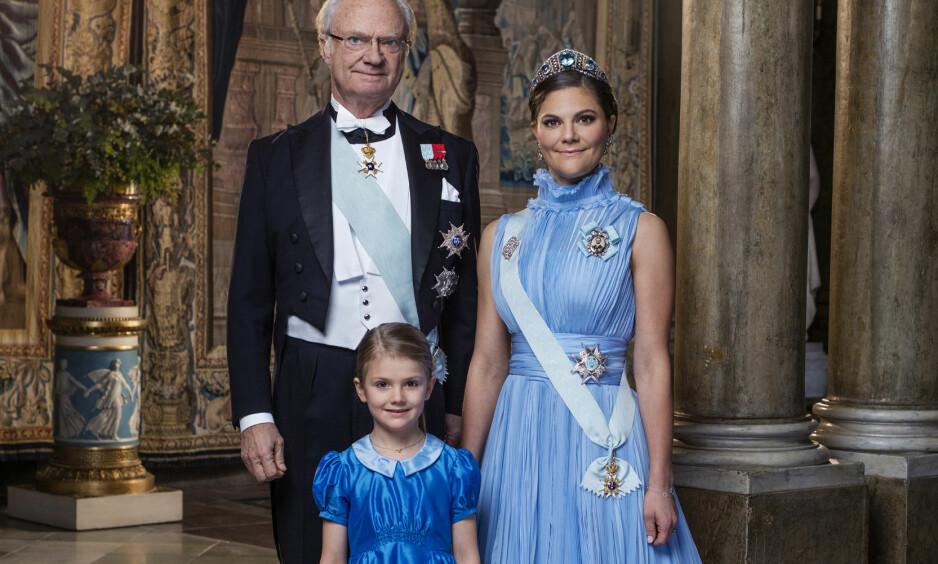 - POMP OG PRAKT: Dette bildet av kong Carl Gustaf, kronprinsesse Victoria og prinsesse Estelle ble tatt i desember i fjor, men ble først offentliggjort på mandag. Foto: Thron Ullberg/ Kungahuset.se