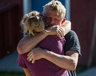 GOD KLEM: Martine Ek Hagen får trøst av konkurrenten etter melkespann-tapet. Foto: Alex Iversen / TV 2