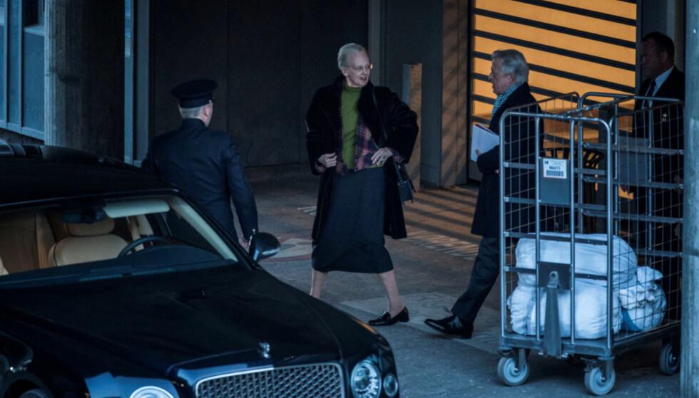 <strong>HOS EKTEMANNEN:</strong> Fredag ettermiddag tilbragte dronningen en times tid hos sin mann på sykehuset. Foto: NTB Scanpix