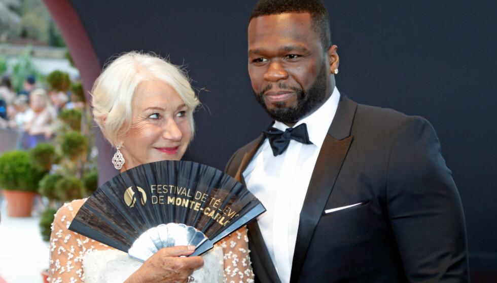 LURT SMIL: Helen Mirren sendte rapperen 50 Cent, egentlig heter Curtis James Jackson lll, flere stjålne blikk mens de ble fotografert sammen i fjor. Foto: NTB Scanpix