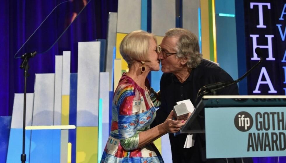 KLINTE TIL: Robert De Niro klarte ikke å styre sin begeistring for Helen Mirren da de stod sammen på scenen under Gotham Independent Film Awards. Her overrasket han publikum med å plante et kyss midt på munnen til Mirren. Foto: NTB Scanpix