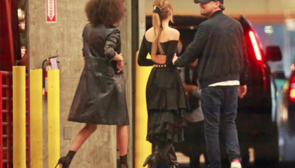 TETT RELASJON: Leonardo DiCaprio klarte ikke holde fingrene unna Camila Morrone da de to gjestet Ellen DeGeneres' 60-årsfest i L.A. forrige helg. Foto: Splash News/ NTB scanpix
