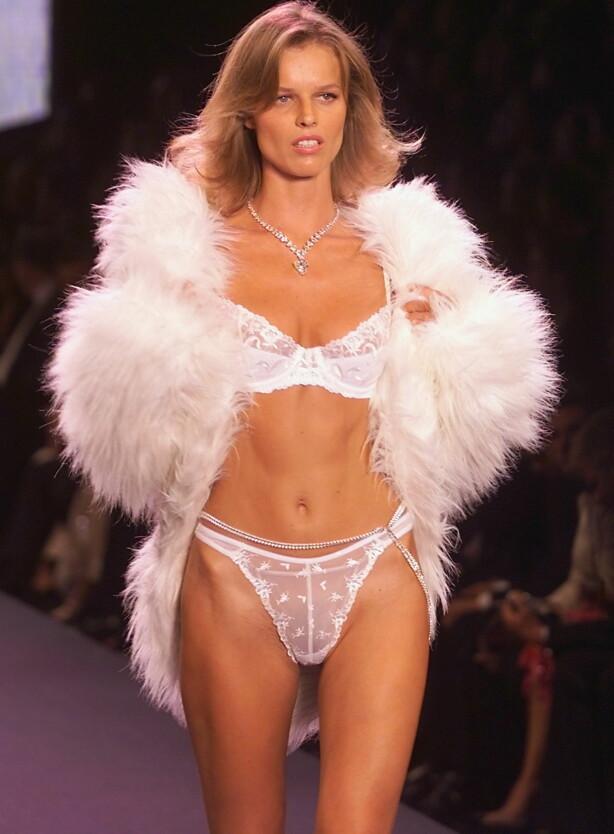 LAV PROFIL: Eva Herzigova (44) fotografert under Victorias Secret's-visning i 2000. Foto: Gerard Julien / NTB scanpix