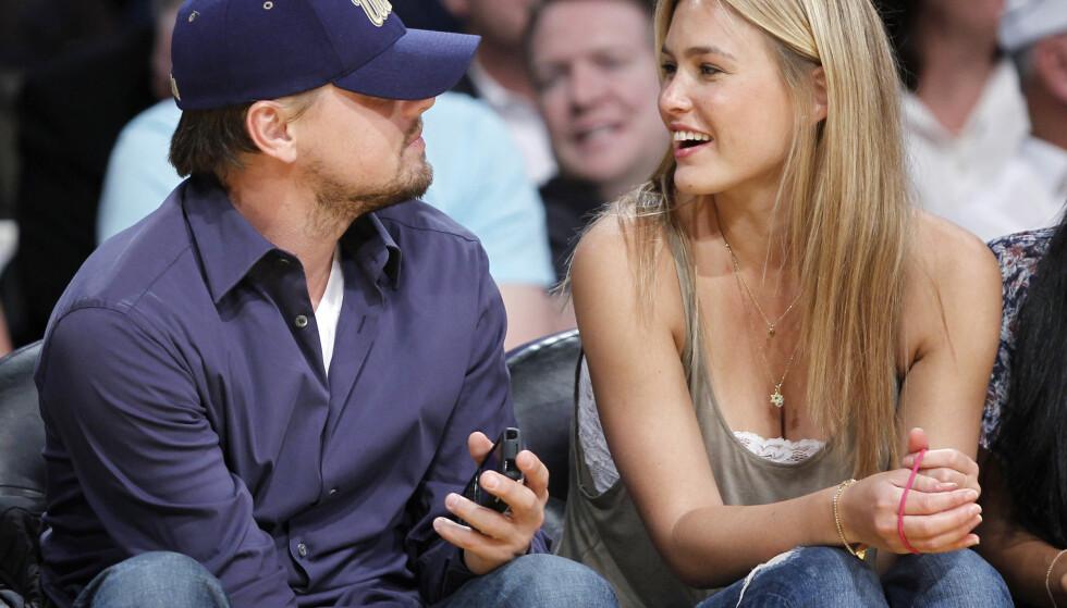 TURBULENT: Forholdet mellom Leonardo DiCaprio og Bar Refaeli var ikke bar enkelt. Her fotografert sammen under en basketballkamp i 2010. Foto: Lucy Nicholson / Reuters / NTB scanpix