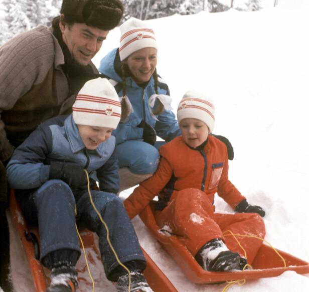 <strong>FAMILIEKJØR:</strong> Prins Henrik og dronning Margrethe var glad i barna sine. Her er de på norgesferie med kronprins Frederik og prins Joachim i 1977. Foto: NTB scanpix