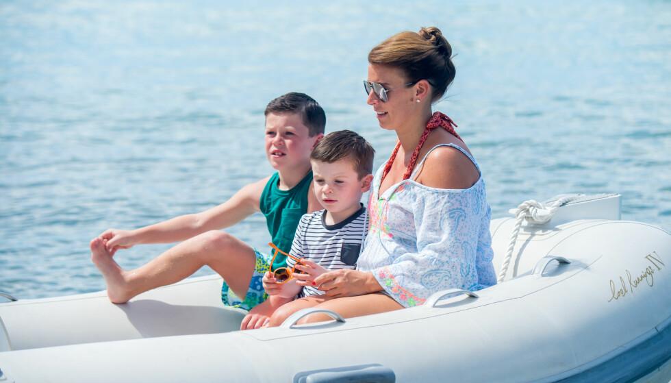 <strong>PÅ FERIE:</strong> Coleen var gravid og på ferie i Spania da ektemannen ble arrestert for fyllekjøring i september. Her avbildet med sønnene Kai Wayne og Klay Anthony. Foto: Splash News