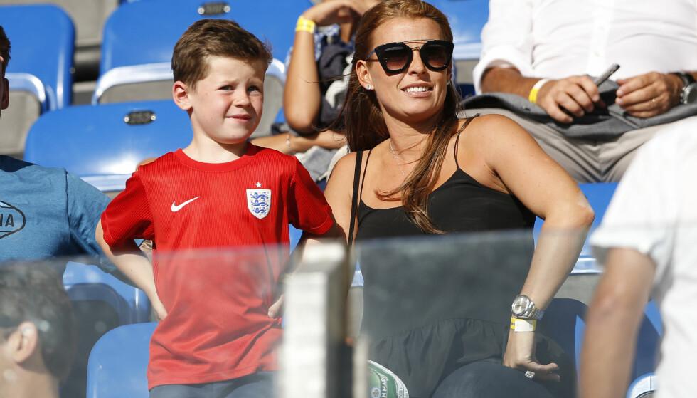 <strong>FOTBALLFRUE:</strong> Coleen og sønnene er ofte å se på Waynes fotballkamper. Her med eldstesønnen Kai Wayne. Foto: Reuters / Carl Recine Livepic