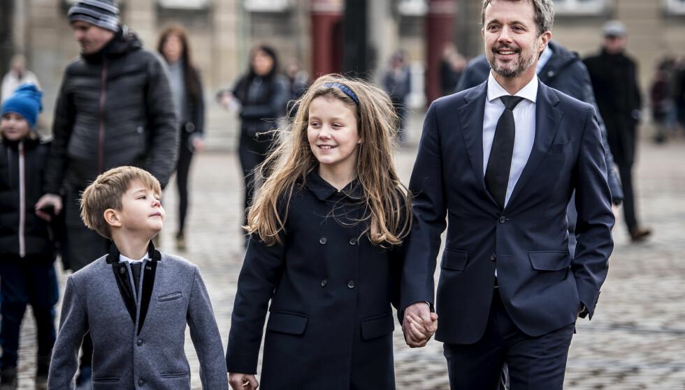 <strong>SMILTE:</strong> Kronprins Frederik sammen med barna prins Vincent og prinsesse Isabella ved blomsterhavet ved Amalienborg i København torsdag. Foto: AP/ NTB scanpix