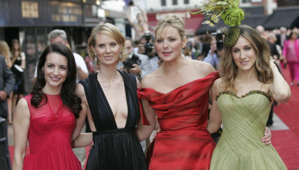 FASADE: Jentene har vært på rød løper sammen utallige ganger, og virker som gode venner i intervjuer. For Kim Cattrall (nummer to fra høyre) og Sarah Jessica Parker (t.h) har det imidlertid vært annerledes. Foto: NTB scanpix