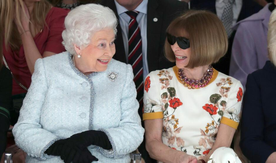 PÅ FØRSTE RAD: Dronning Elizabeth av Storbritannia satt ved siden av sjefredaktøren for Vogue, Anna Wintour, på sin aller første motevisning under London Fashion Week. Foto: NTB Scanpix