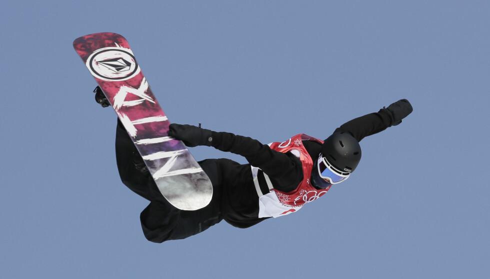 LEKEN STIL: Torgeir sikret seg finaleplass med sitt første hopp,og viste uovertruffen stil med en «switch backside 540 method» - til glede for snowboardfans fremfor dommere - på andrehoppet. Foto: NTB scanpix