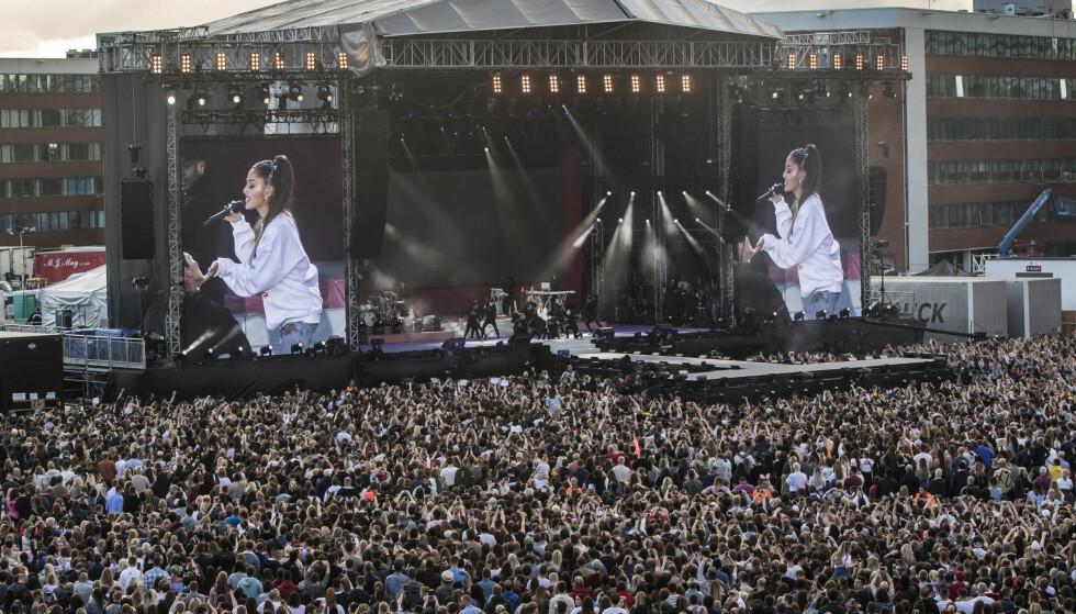 EMOSJONELL: Det var en tydelig rørt Ariana Grande som inntok scenen foran 60 000 publikummere. Foto. NTB Scanpix