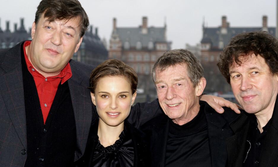 ÅPENHEJRTIG: Tv-profil, filmstjerne og forfatter Stephen Fry (t.v.) avslører at han er rammet av prostatakreft. Her med «V for Vendetta»-motspillerne Natalie Portman, John Hurt og Stephen Rae i London i 2006. Foto: AP/ NTB scanpix