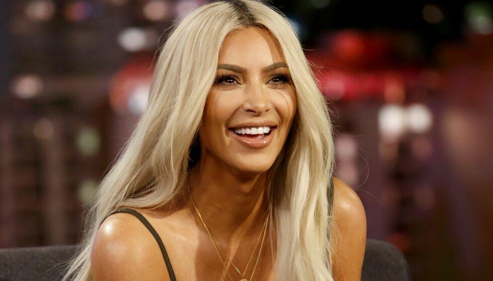 TAR DET MED ET SMIL: Kim Kardashian West ble i helgen anklaget for å ha manipulert et bilde av seg selv. Nå forklarer hun hva som skal ha skjedd. Foto: NTB Scanpix