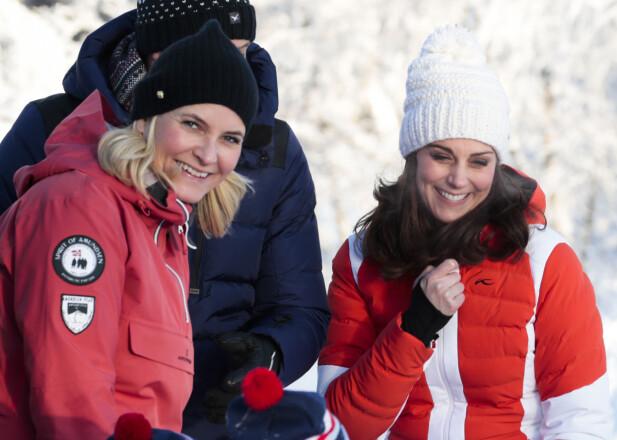 GODE VENNER: Hertuginne Kate og kronprins Mette-Marit på Øvresetertjern i Oslo tidligere i år. Her fikk de se og hilse på barnehagebarn som lærte å gå på ski, og grillet pinnebrød over bålpanne. Foto: NTB Scanpix