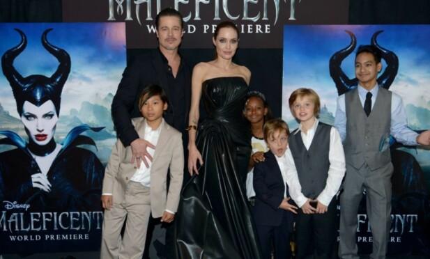 FRA LYKKELIGE TIDER: Her er Brad og Angelina sammen med ungeflokken på premieren av filmen Maleficent i Hollywood. Vivienne er det eneste barnet som ikke er med på bildet. Foto: AFP/ NTB scanpix