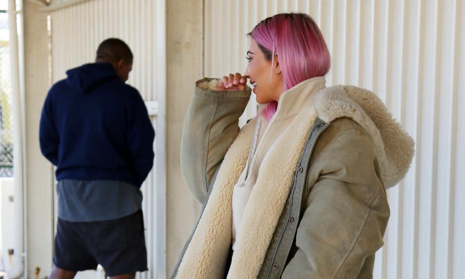 TISSETRENGT: Kanye West og Kim Kardashian var søndag på vei inn i et varehus, der de angivelig skulle ta noen bilder. Selv om det ikke var lange veien igjen, virker det som om trykket ble for stort for Kanye - som valgte å tisse foran fotografene. Foto: Splash News, NTB scanpix