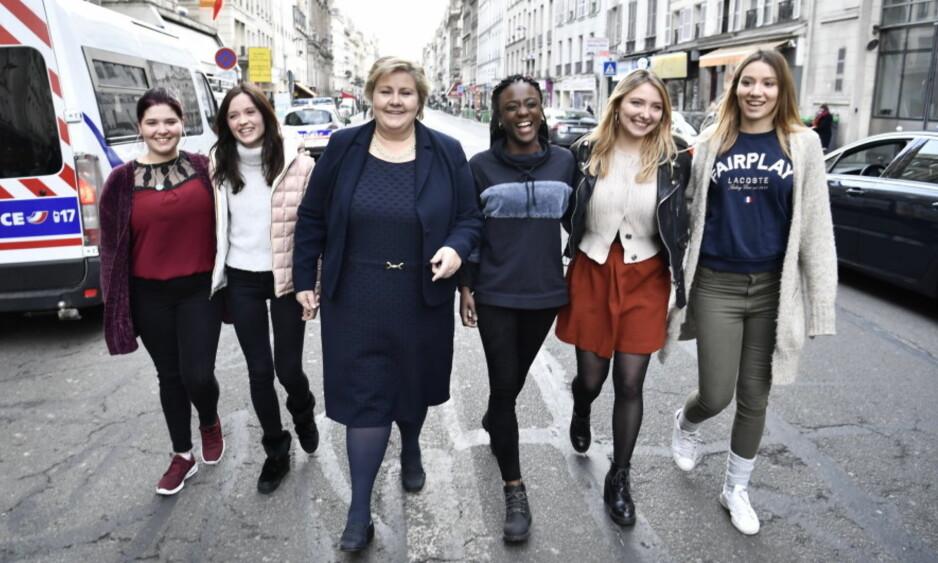 I KJENT «SKAM»- POSITUR: Erna Solberg møtte i ettermiddag skuespillerne fra den franske versjonen av den norske suksesserien «Skam» under sitt ofisielle besøk til Frankrike. Foto: Lars Eivind Bones/Dagbladet.
