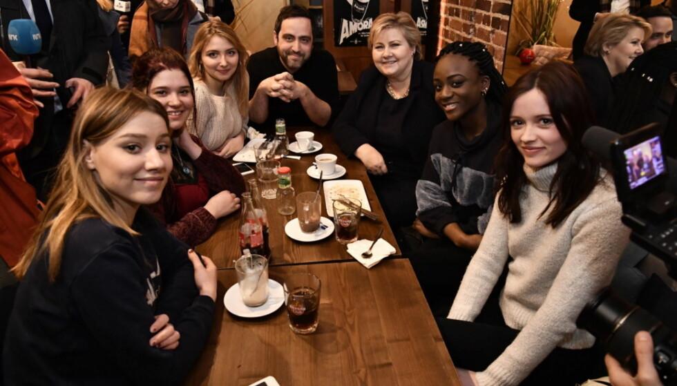 PÅ KAFÉ: Skuespillerne og Erna Solberg på kafé i Paris. Foto: Lars Eivind Bones/Dagbladet.