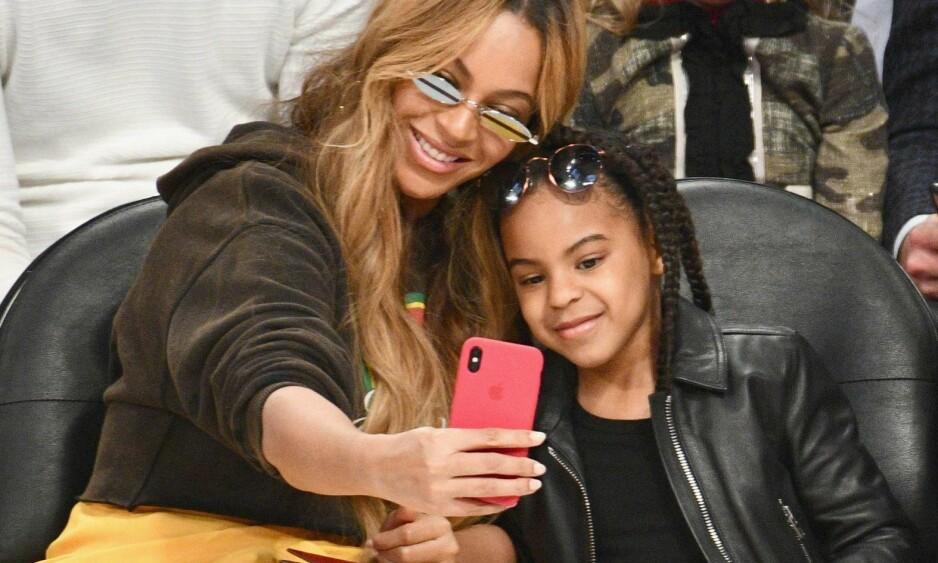 EN, TO, TRE - SELFIE: Beyoncé sammen med datteren Blue Ivy (6) under NBA All Star Game den 18. februar. Foto: NTB Scanpix