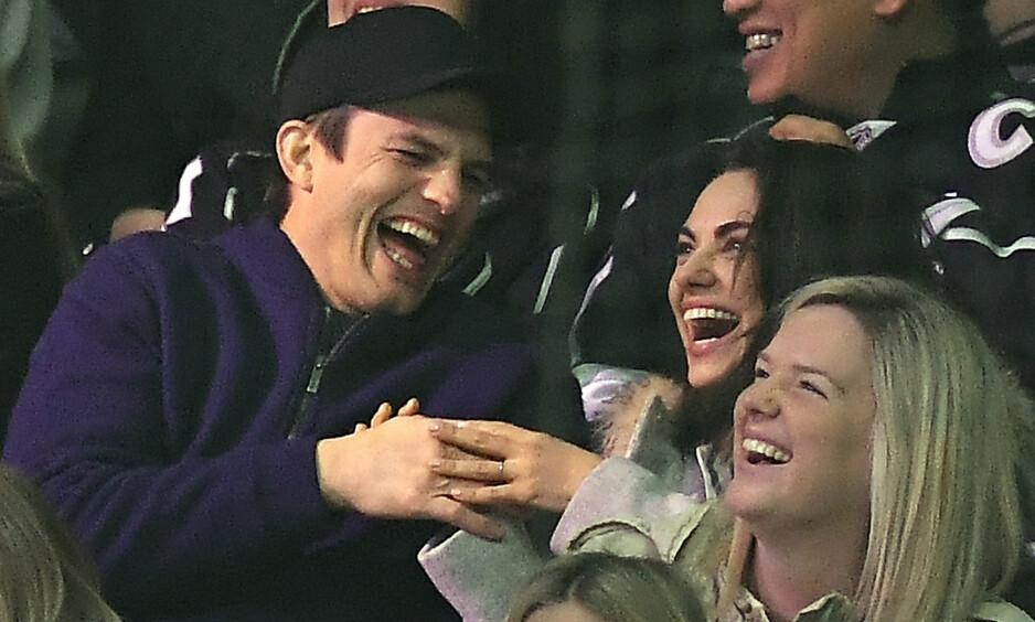 BLE OVERRASKET: Skuespillerne Ashton Kutcher og Mila Kunis fikk seg en god latter da de var tilskuere under en hockeykamp i Los Angeles denne uken. Foto: NTB scanpix