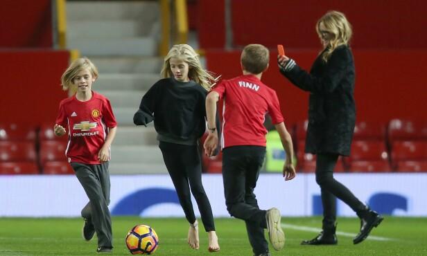 <strong>KVALITETSTID:</strong> Julia Roberts sparker fotball sammen med barna Phinnaeus, Henry og Hazel på Old Trafford i Manchester. Foto: NTB Scanpix