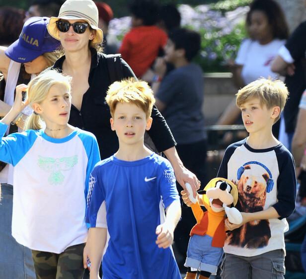 <strong>TREBARNSMOR:</strong> Her er Julia sammen med sine tre barn i Disneyland i Los Angeles i 2016. Foto: NTB Scanpix