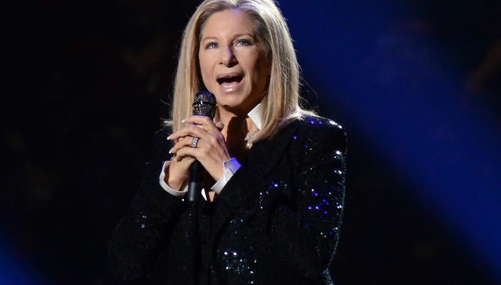 ANERKJENT: Barbra Streisand har lang erfaring i underholdningsbransjen. Hun er skuespiller, regissør, produsent, manusforfatter, komponist og ikke minst sanger. Her opptrådte hun i New York i 2012. Foto: AP.