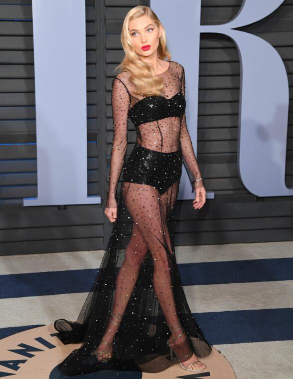 GJENNOMSIKTIG: Modell Elsa Hosk valgte også en kjole som viste mye hud. Foto: NTB scanpix