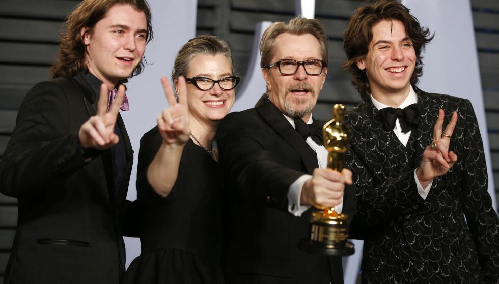 FAMILIEFEIRING: Gary Oldman fikk statuett for hovedrollen i «Darkest Hour». Her med kona Gisele Schmidt og sønnene Gulliver (t.v.) og Charlie. Foto: Reuters/ NTB scanpix