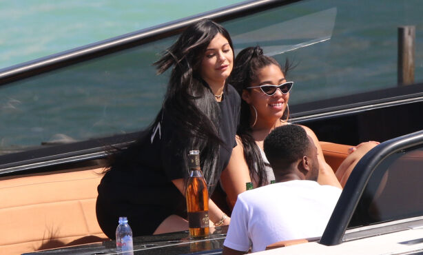 GODE VENNER: Kylie Jenner og Jordyn Woods har kjent hverandre siden de var tenåringer. Her er de fotografert på båttur sammen. Foto: NTB scanpix