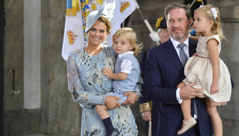 FAMILIE: Sveriges prinsesse Madeleine og Christopher O'Neill med barna Nicolas og Leonore ankommer feiringen av kronprinsesse Victorias 40 års dag, i slottskirken i Stockholm.  Foto: Sören Andersson / NTB scanpix