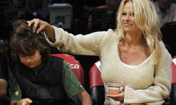SKJERMET: Pamela og Tommy var opptatt av at sønnene ikke skulle vokse opp i rampelyset. Her er mor og sønn avbildet sammen i 2007. Foto: AP / NTB scanpix