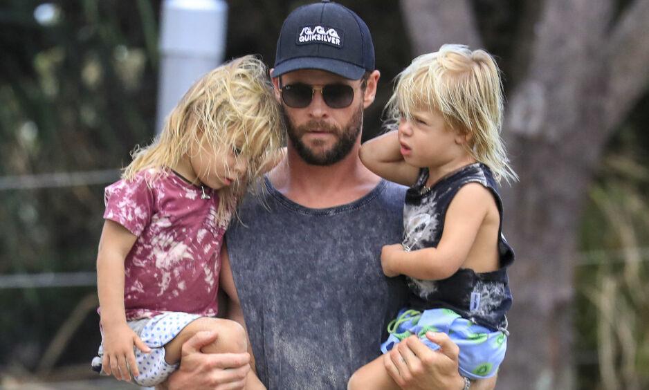 ELSKER PAPPAROLLEN: Filmstjernen Chris Hemsworth legger ikke skjul på at han elsker familielivet som trebarnsfar. Her sammen med sønnene Tristan og Sasha. Foto: NTB scanpix