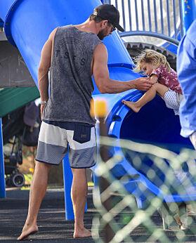KJÆRLIG FAR: Trebarnsfaren passet godt på så alt gikk som det skulle på lekeplassen. Foto: NTB scanpix