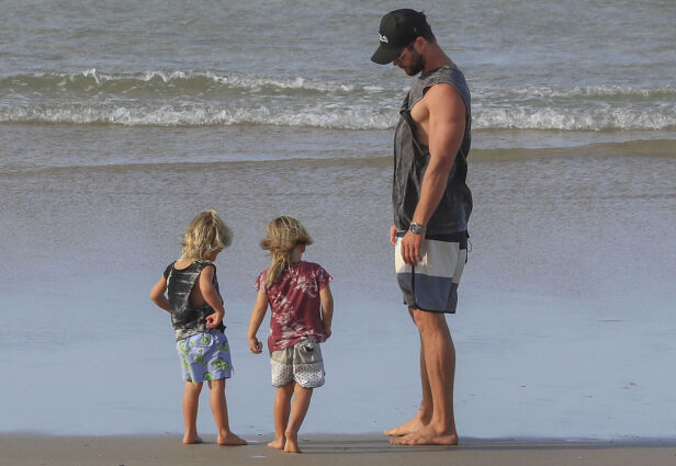 GUTTEDAG: Chris og de to sønnene, Tristan og Sasha, koste seg på stranda i varmen. Foto: NTB scanpix