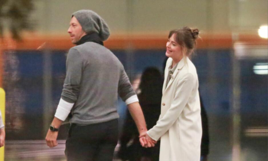 FORELSKET: Forholdet mellom Coldplay-vokalist Chris Martin og Dakota Johnson skal bli mer og mer seriøst. Her var de to turtelduene på vei hjem etter Ellen DeGeneres' bursdagsfeiring i februar. Foto: NTB Scanpix