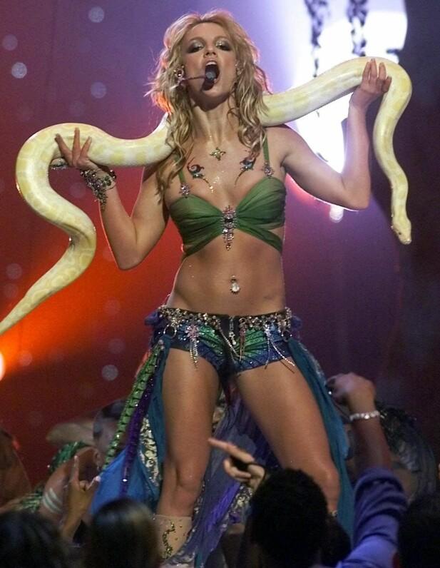 <strong>IKONISK ØYEBLIKK:</strong> I 2001 opptrådte sangstjernen under MTV Video Music Awards med låta «I'm a Slave 4 U», dansende med en gul slange. Foto: NTB scanpix