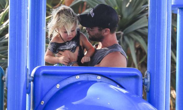NÆRT FORHOLD: Chris Hemsworth passet godt på sønnene sine mens de lekte på lekeplassen. Foto: NTB scanpix