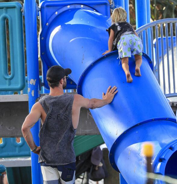 FULGTE MED: Filmkjekkasen holdt seg i nærheten mens sønnene boltret seg på lekeplassen. Foto: NTB scanpix