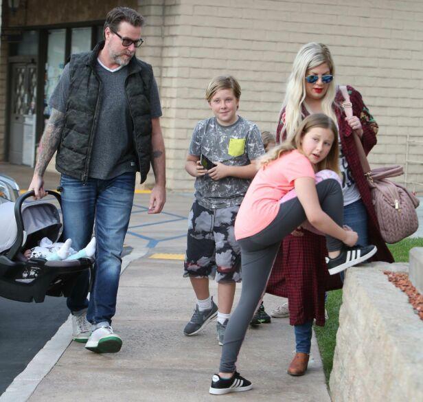 STORFAMILIEN: Tori og Dean tok med sine fem barn ut i helgen. Foto: NTB Scanpix