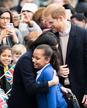 <strong>GOD KLEM:</strong> Meghan Markle tok seg tid til å snakke med en skolejente under sitt besøk til Birmingham 8. mars. Den unge jenta fikk også en klem, noe andre kongelige tradisjonelt sett ikke ville gjort. Foto: Reuters, NBT scanpix